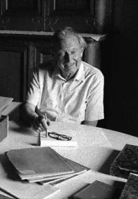 Dante Isella con i quaderni delle Note azzurre nell'Archivio del Dosso Pisani (1987) © Giovanna Borgese